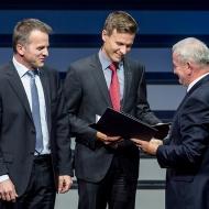 Oliver Hellmuth and Jan Plogsties together with Professor Reimund Neugebauer, President of the Fraunhofer-Gesellschaft, at the awards ceremony. | ©Torsten Silz/Fraunhofer