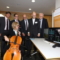 Interesting research topics at the AudioLabs: Sensors enable the exact determination of a tone pitch while a cello is being played. (From left to right): Dr. Bernhard Grill, Deputy Director of Fraunhofer IIS; Prof. Dr. Joachim Hornegger, President of Friedrich-Alexander-Universität Erlangen-Nürnberg (FAU); Dr. Florian Janik, Mayor of Erlangen; Prof. Dr. Albert Heuberger, Speaker AudioLabs and Executive Director of Fraunhofer IIS; Fabian-Robert Stöter, scientific staff member AudioLabs; Prof. Dr. Alexander Kurz, Executive Vice President Human Resources, Legal Affairs and IP Management, Fraunhofer-Gesellschaft; Dr. Sybille Reichert, Chancellor of Friedrich-Alexander-Universität Erlangen-Nürnberg (FAU) © Fraunhofer IIS/Kurt Fuchs