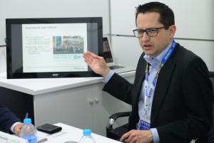 Matthias为参会媒体进行技术和产品介绍
